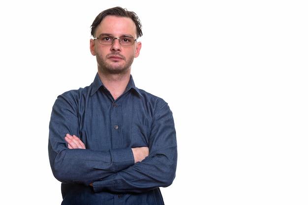 Formeller junger mann, der brillen mit verschränkten armen trägt