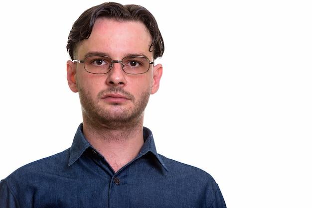 Formeller junger mann, der brillen trägt