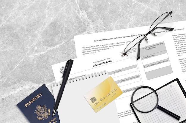 Formular des außenministeriums ds4139 die unterschriftenkarte liegt auf dem tisch und ist zum ausfüllen bereit