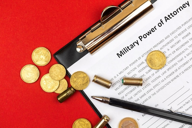 Formular militärvollmacht. bürogeschäftsdesktop mit geld- und pistolenschalen. foto von oben
