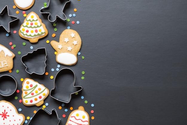 Formulare zum kochen und weihnachtsplätzchen auf schwarzem hintergrund