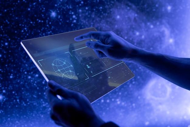 Forscher, der eine futuristische technologie des transparenten digitalen tablet-bildschirms verwendet