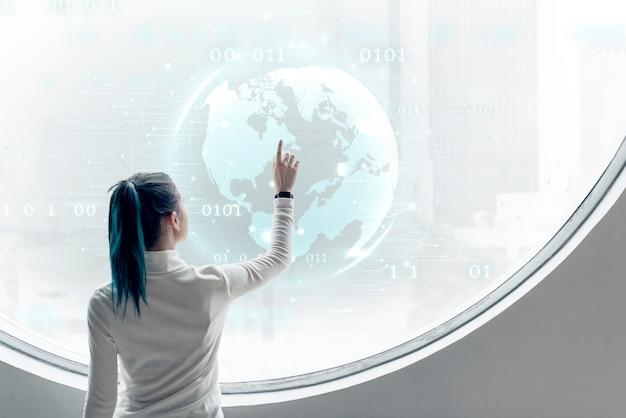 Forscher, der einen globus auf einem runden bildschirm dreht
