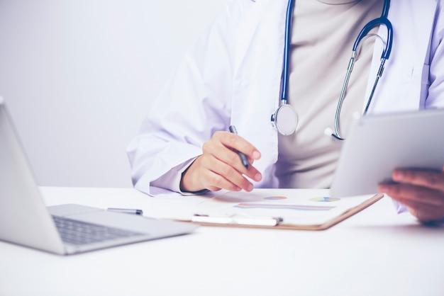 Forscher gesundheitspflege, die im biowissenschaftslabor, weiblicher forschungswissenschaftler arbeitet
