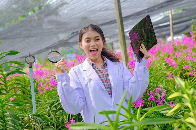 Forscher in orchideen in weiß freuen sich über die ergebnisse der orchideenforschung.