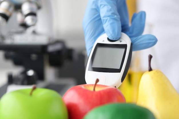 Forscher misst schadstoffe in früchten nitrate in gemüse und obst konzept