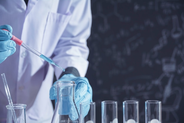 Forscher mit chemischen reagenzgläsern des glaslabors mit flüssigkeit für analytische, medizinische, pharmazeutische und wissenschaftliche forschung.