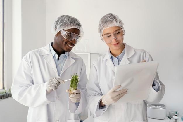 Forscher mit mittlerem schuss im labor