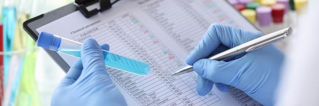 Forscher zeichnet chemische parameter in forschungsergebnissen auf chemische eigenschaften von einfachen