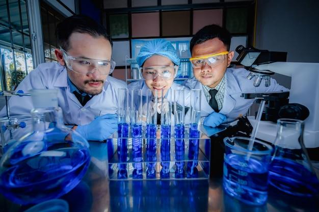 Forscherteam und die entwicklung antiretroviraler medikamente in einem chemischen labor