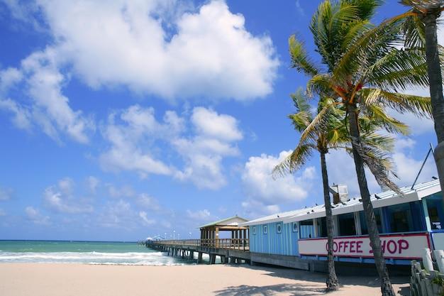 Fort lauderdale strandcafé mit tropischen palmen