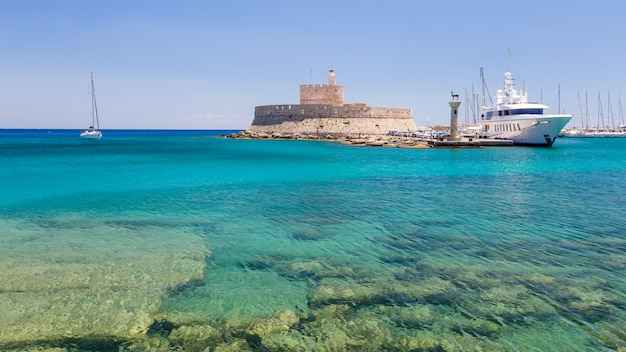 Fort von st. nicholas und mandraki hafen in rhodos-stadt