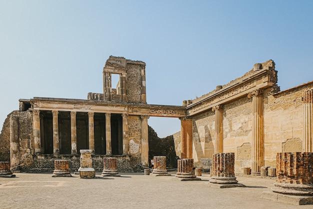 Forum in den archäologischen ruinen von pompeji und herculaneum