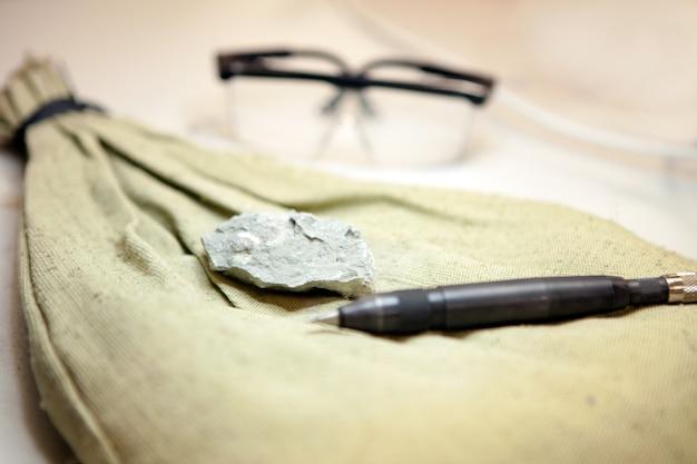 Fossiliengewinnung aus kalkstein im geologielabor steinproben aus laborgestein zur analyse