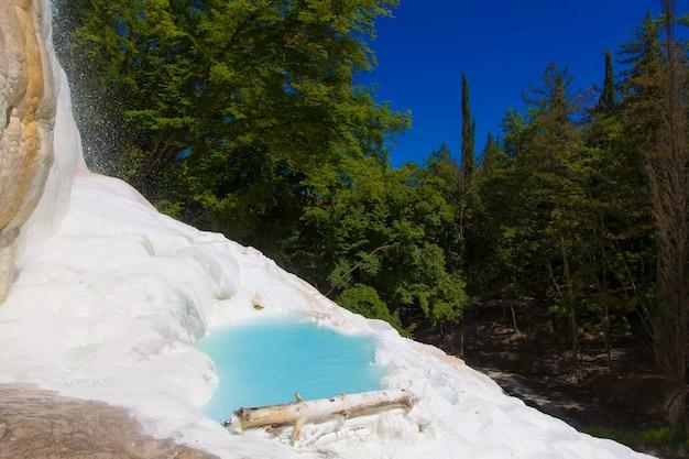 Fosso bianco, toskana, italien. thermalwasser in dieser wunderbaren naturstätte.