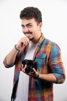 Foto, das den kunden auffordert zu lächeln, während er fotos macht.