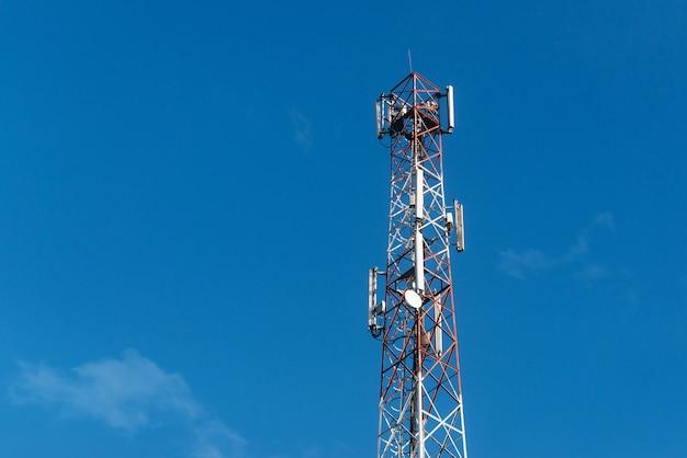 Foto der 5g-antenne über blauem sauberem himmel