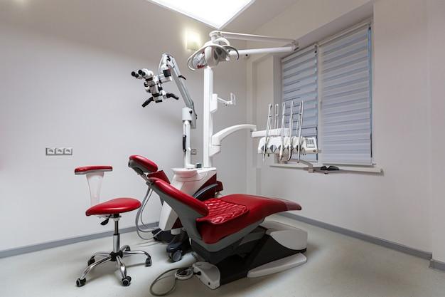 Foto der arztpraxis des zahnarztes, roter stuhl