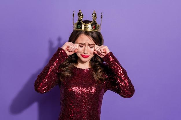 Foto der attraktiven dame-party-abschlussballkönigin brach aus weinenden händen und wischte sich die tränen