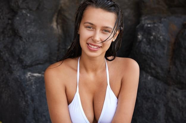 Foto der attraktiven europäischen frau hat charmantes lächeln