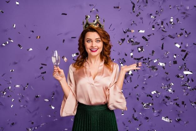 Foto der attraktiven festlichen dame hält sektglas, das geburtstag anstößt