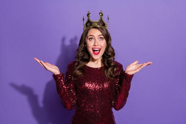 Foto der attraktiven verrückten dame-party-abschlussballkönigin sieht leer aus