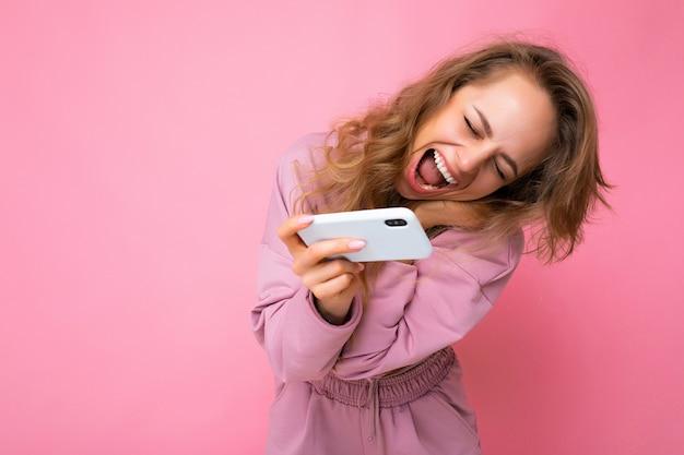 Foto der attraktiven verrückten verblüfften überraschten jungen frau, die lässige stilvolle kleidung stehend trägt