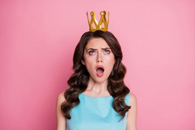 Foto der charmanten schockierten dame, die den kopf goldene krone aufblickt, unerwarteter nominierungsstatus für die königin