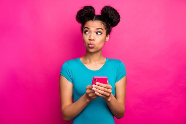 Foto der dunklen haut der jungen dame zwei brötchen halten telefonblick-seite leeren raum