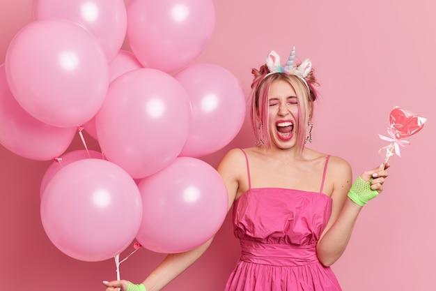 Foto der emotionalen frau hält mund offen, ruft laut feiert feiertag auf der party