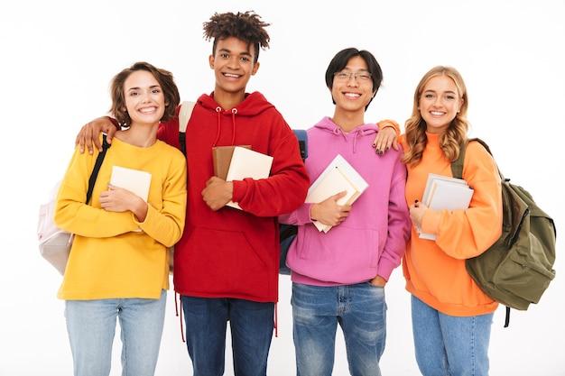 Foto der emotionalen jungen gruppe von freundschülern, die isoliert stehen und aufwerfen.