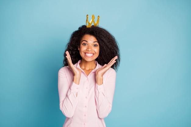 Foto der erstaunlichen dame überglücklich tragen krone aufgeregt