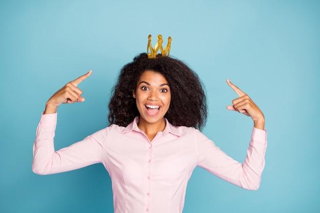 Foto der erstaunlichen modelldame abschlussballkönigin, die finger auf tiara anzeigt