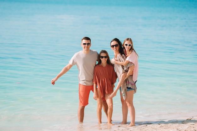 Foto der glücklichen familie, die spaß am strand hat. sommer lebensstil