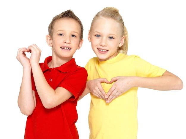 Foto der glücklichen kinder mit einem zeichen der herzform lokalisiert auf weißem hintergrund