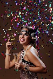 Foto der glücklichen partyfrau mit confetta hintergrund