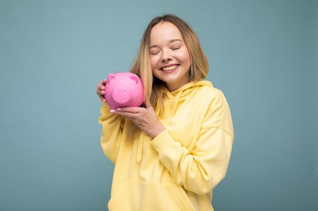 Foto der glücklichen positiven lächelnden jungen schönen attraktiven blonden frau mit aufrichtigen gefühlen