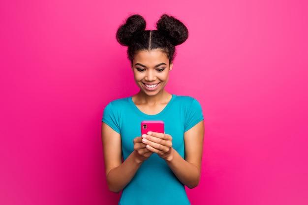 Foto der hübschen dunklen hautdame halten telefon auf rosa wand