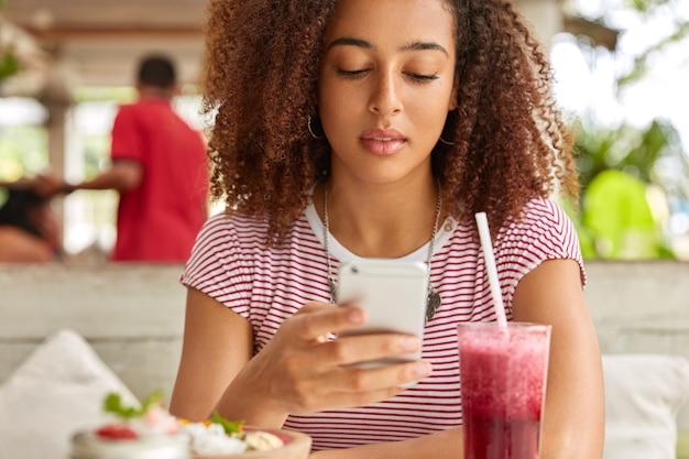 Foto der hübschen jungen afro-frau mit knackigem dunklem haar