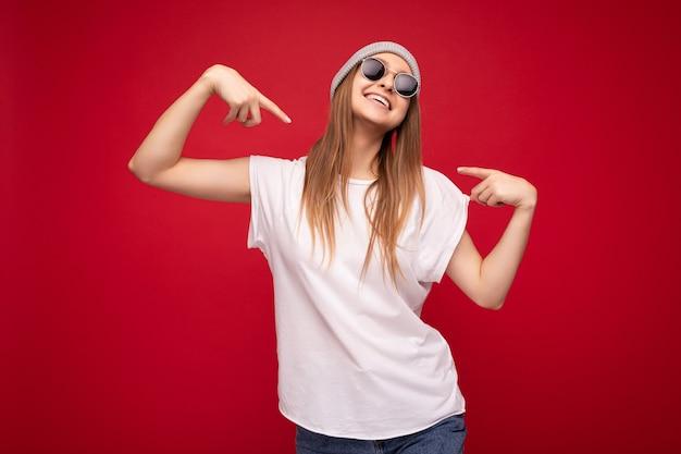Foto der jungen erstaunlichen positiven glücklichen attraktiven dunkelblonden frau mit aufrichtigen gefühlen tragend