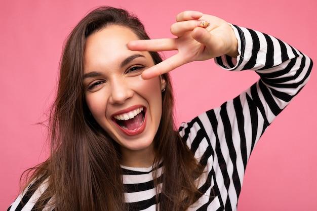 Foto der jungen europäischen positiven lächelnden gewinnenden glücklichen schönen brunettefrau mit aufrichtigem