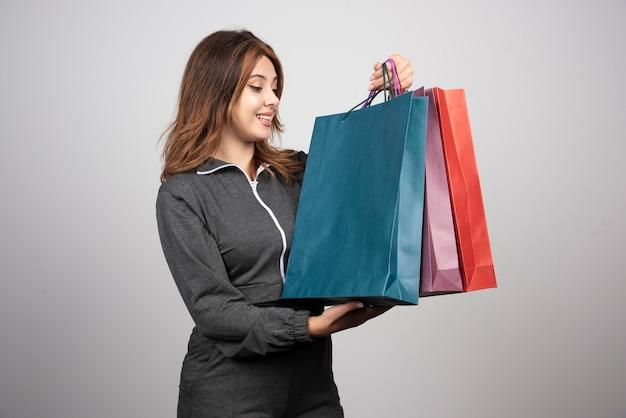 Foto der jungen frau mit einkaufstaschen.