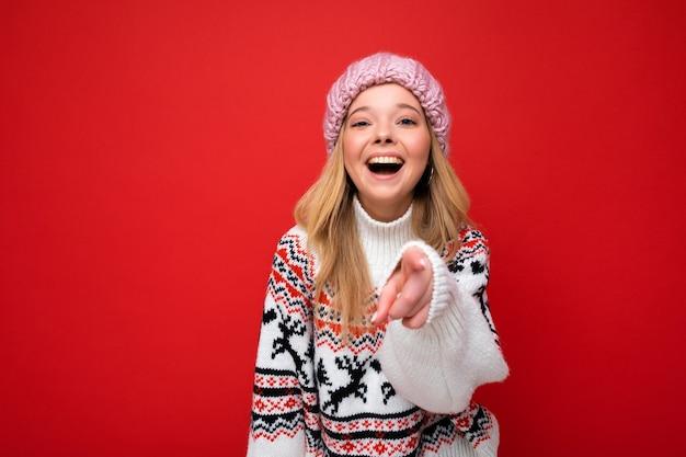 Foto der jungen positiven entzückenden glücklichen schönen blonden frau mit aufrichtigen gefühlen, die rosa trägt