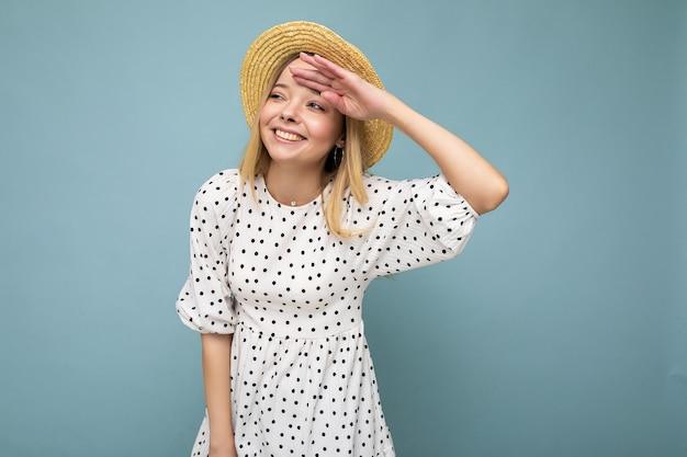 Foto der jungen positiven glücklich lächelnden attraktiven blonden dame mit aufrichtigen gefühlen, die sommer tragen