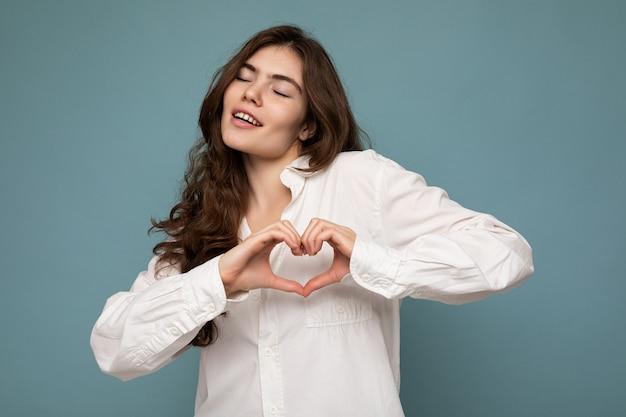 Foto der jungen positiven glücklich lächelnden schönen frau mit aufrichtigen gefühlen, die stilvolle kleidung trägt