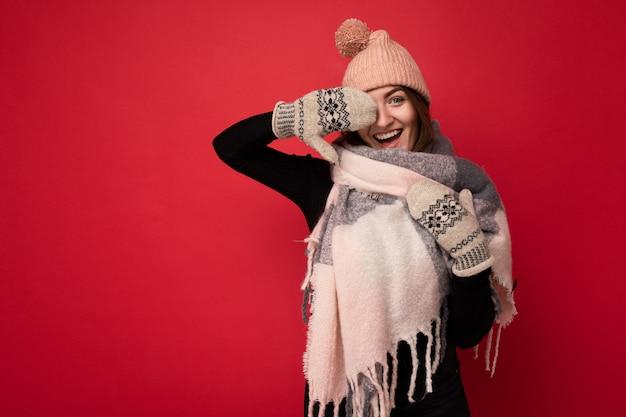Foto der jungen positiven glücklichen attraktiven brünetten frau mit aufrichtigen gefühlen, die winterkleidung trägt