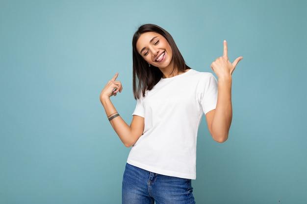 Foto der jungen positiven glücklichen lächelnden schönen frau mit aufrichtigen gefühlen, die stilvolle kleidung tragen