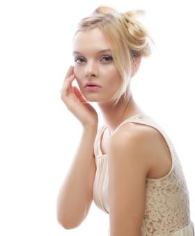 Foto der jungen schönen frau mit blonden haaren isoliert auf weiß