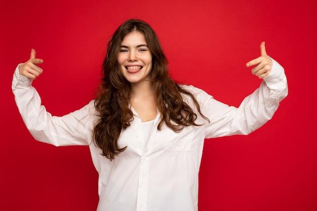 Foto der jungen schönen glücklichen lächelnden brünetten frau, die weißes hemd sexy unbeschwerte frau trägt