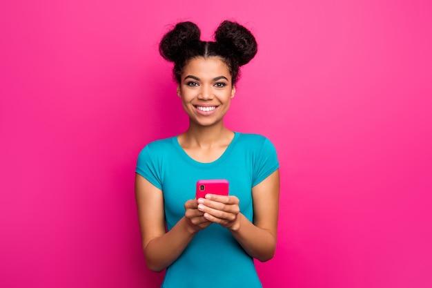 Foto der lustigen jungen hautdunkelhautdame zwei brötchen halten telefon